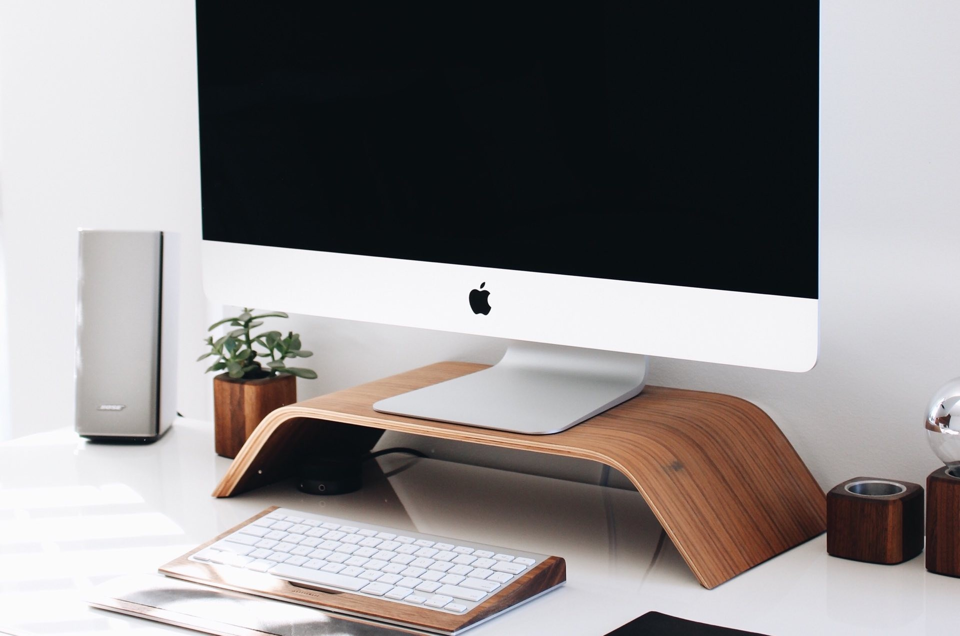 five-minimalist-workspace-accessories-guide-hero-gabriel-beaudry