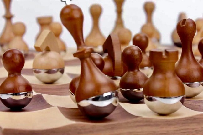 wobble-chess-set-by-umbra