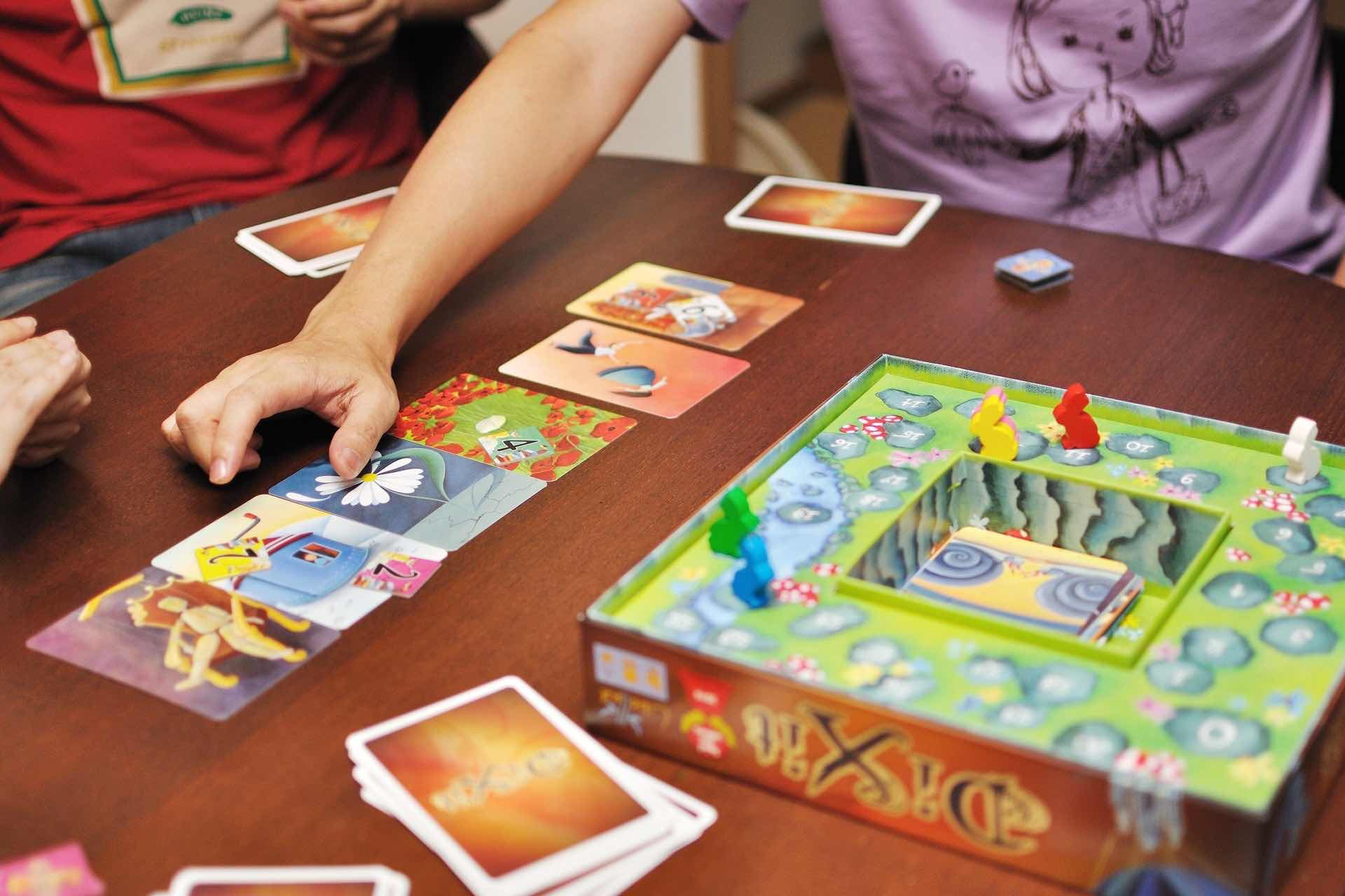 dixit-storytelling-card-game-gameplay