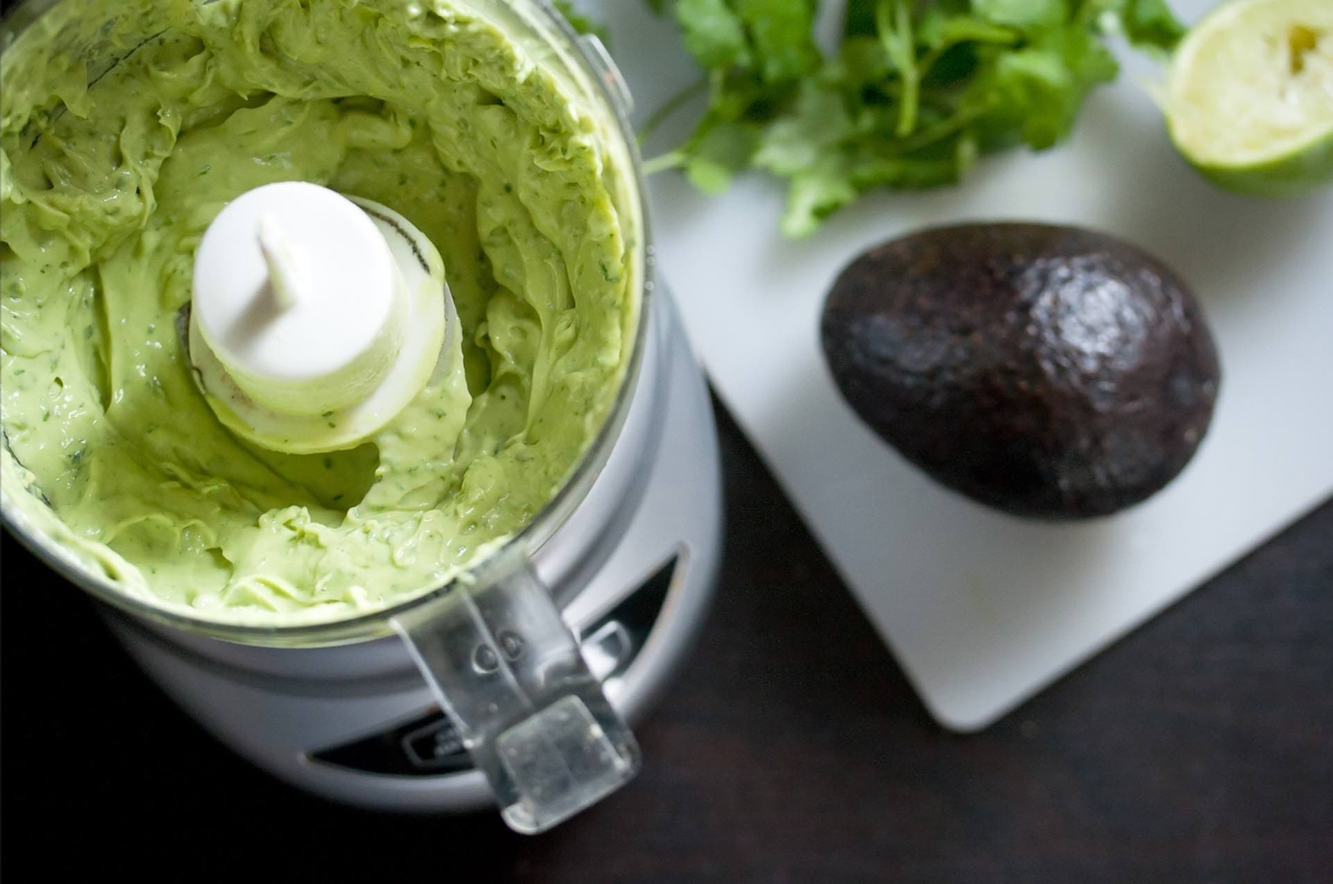 recipe-spicy-creamy-avocado-salsa-guide-hero-isabelle-boucher